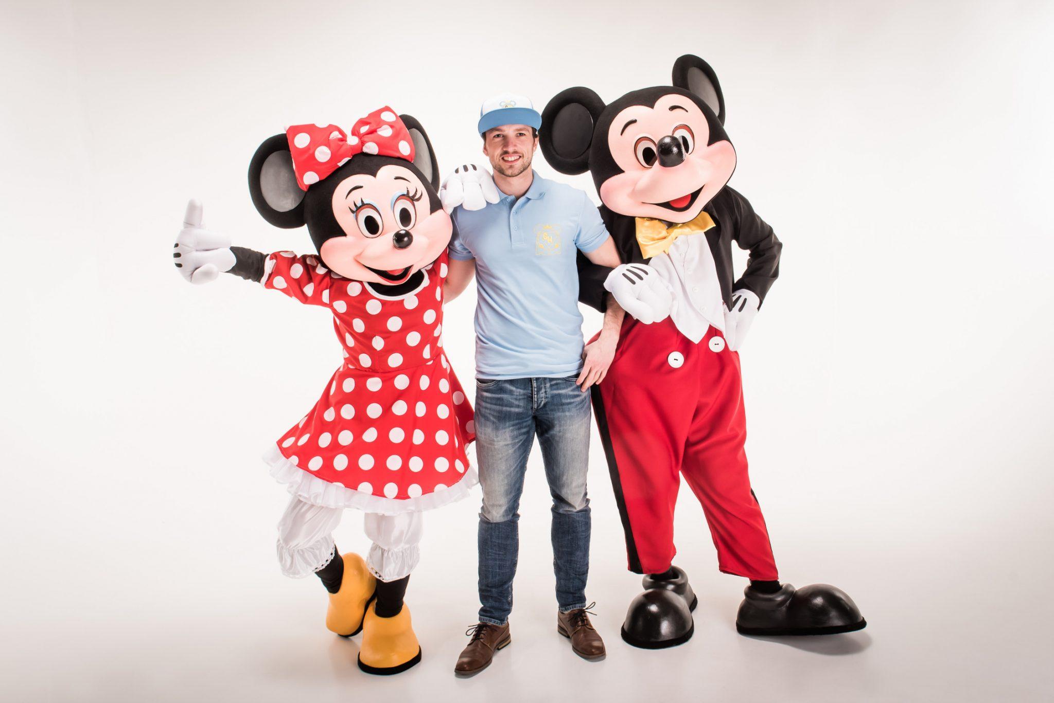 Mrs. Mouse und Mr. Mouse mit einem Geburtstagsheldenhelfer in ihrer Mitte. Vermutlich auf dem Weg zu einer Mottoparty!